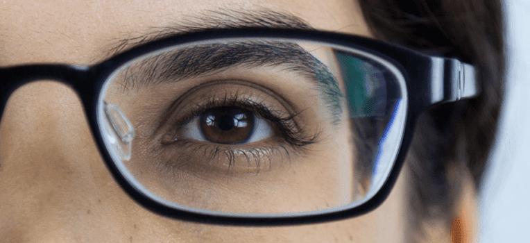 olhos ficam pequenos com óculos