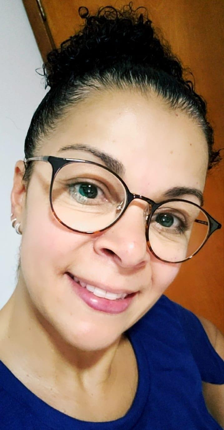 Claudia com seu óculos Lenscope Progress (lentes progressivas)