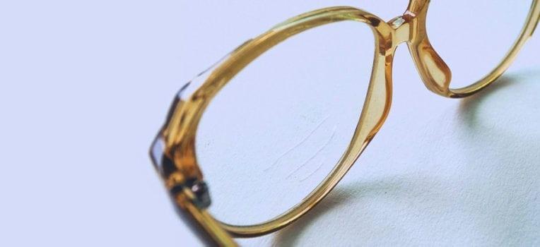 como tirar arranhões de óculos