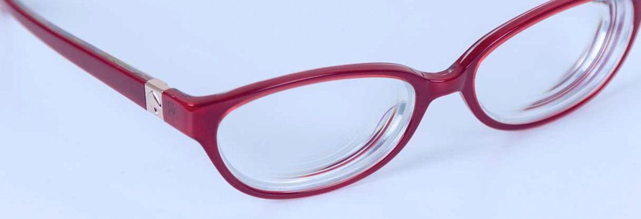 Camadas de antirreflexo na lente deixa o óculos grosso?
