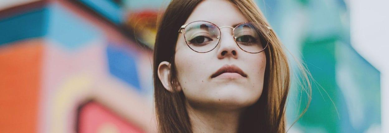 10 modelos de óculos para rosto quadrado – para nunca mais errar!