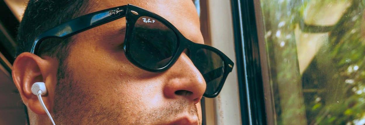 Óculos de sol Wayfarer: 4 dicas para usar sem errar