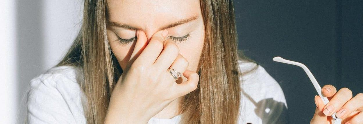 Esfregar os olhos faz mal: conheça os riscos para a saúde dos olhos
