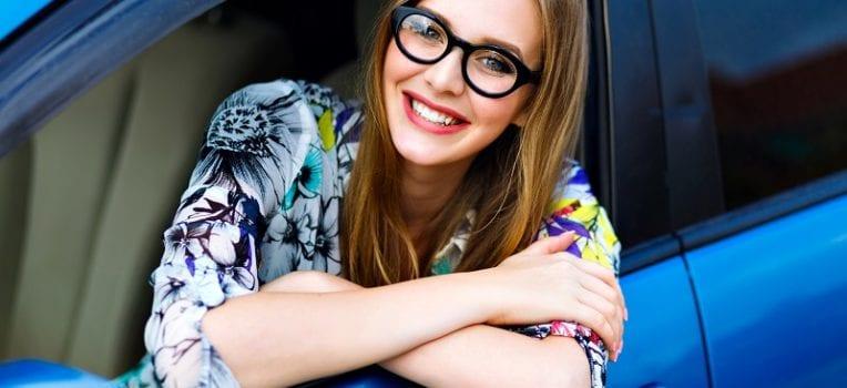 óculos no carro