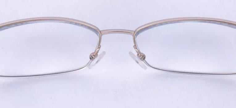 óculos quebrado